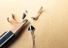 geschärfter Bleistift über einem leeren alten Blatt Papier mit einem defekten t Lizenzfreie Stockfotografie