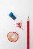 Geschärfter Bleistift, Schnitzel und Bleistiftspitzer Lizenzfreie Stockfotos
