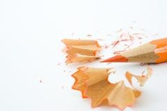 Geschärfter Bleistift und hölzerne Schnitzel Stockfotografie