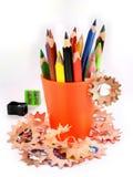 Geschärfter Bleistift und hölzerne Schnitzel Stockbilder