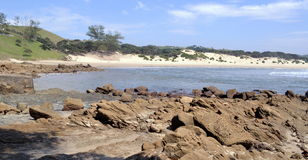 Geschützte Bucht auf dem Transkei-Strand, Küstenlinie Felsenseestrand-amerikanischen Nationalstandards Stockbild