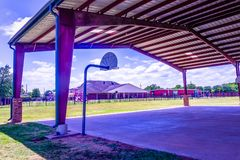 Geschützter Basketballplatz auf einem Spielplatz stockfoto