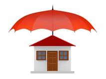 Geschütztes Haus unter rotem Regenschirm lizenzfreies stockbild