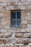 Geschütztes Stangenfenster auf der Fassade eines alten Gebäudes Lizenzfreie Stockfotografie