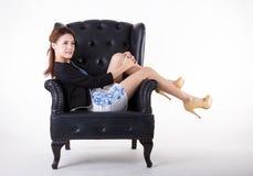 Gesch?ftsfrau, die in einem Stuhl sich entspannt stockbild