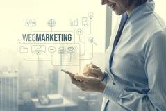 Gesch?ftsfrau, die Marketing und Gesch?ft Apps verwendet lizenzfreie stockfotografie