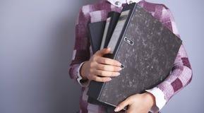 Geschäftsfrau, die Ordner hält lizenzfreie stockbilder
