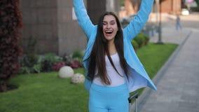 Gesch?ftsfrau mit Koffer telefonisch sprechend in der Stadt und guten Nachrichten haben stock footage