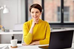 Gesch?ftsfrau mit Laptop-Computer im B?ro stockfotos