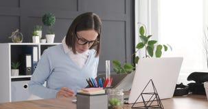 Gesch?ftsfrau-Working At Office-Schreibtisch stock video