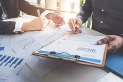 Gesch?ftsleute, die Planungsbudget und Kosten, Strategie-Analyse-Konzept decken stockfotografie