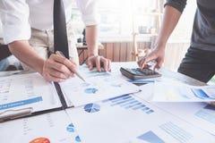 Gesch?ftsleute, die Planungsbudget und Kosten, Strategie-Analyse-Konzept decken lizenzfreie stockfotos