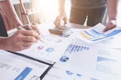 Gesch?ftsleute, die Planungsbudget und Kosten, Strategie-Analyse-Konzept decken lizenzfreies stockbild