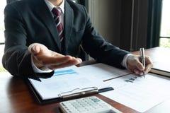 Gesch?ftsm?nner, finanziell, Arbeit, Buchhaltung, Anlageberater, die Arbeit Arbeit im B?ro konsultieren lizenzfreie stockfotos