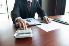 Gesch?ftsm?nner, finanziell, Arbeit, Buchhaltung, Anlageberater, die Arbeit Arbeit im B?ro konsultieren lizenzfreies stockbild