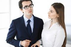 Gesch?ftsm?nner und Frau, die Tablet-Computer im modernen B?ro verwendet Kollegen oder Unternehmensmanager am Arbeitsplatz partne lizenzfreie stockbilder