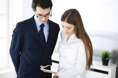 Gesch?ftsm?nner und Frau, die Tablet-Computer im modernen B?ro verwendet Kollegen oder Unternehmensmanager am Arbeitsplatz partne lizenzfreie stockfotos