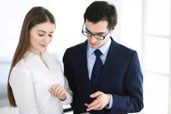 Gesch?ftsm?nner und Frau, die Tablet-Computer im modernen B?ro verwendet Kollegen oder Unternehmensmanager am Arbeitsplatz partne stockfotografie