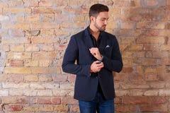 Gesch?ftsmann Buttoning Suit Jacket stockfoto
