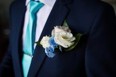 Gesch?ftsmann in der blauen Klage, welche die Krawatte bindet r Mann, der zur Arbeit fertig wird Der Morgen des Br?utigams stockfotos