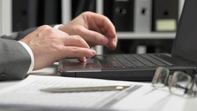 Gesch?ftsmann, der in einem B?ro arbeitet und einen Laptop verwendet Finanzbuchhaltungskonzept des Gesch?fts stock video