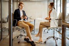 Gesch?ftsmann und Frau im Konferenzzimmer lizenzfreies stockfoto