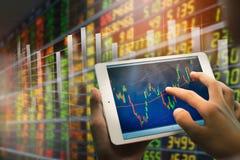 Gesch?ftsmann unter Verwendung der Tablette Diagramm der Verkaufsdaten analysierend und des Wirtschaftswachstumsdiagramms Der Fok lizenzfreie stockfotografie