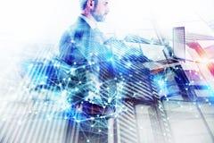 Gesch?ftsmann Works mit Laptop Konzept der Teamwork und der Partnerschaft Doppelbelichtung mit Netzeffekten lizenzfreie stockfotografie