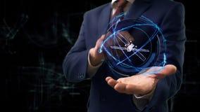 Gesch?ftsmann zeigt Konzepthologramm 3d Satelliten auf seiner Hand stockfoto