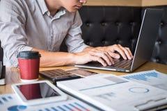 Gesch?ftsmannarbeitsinvestitionsvorhaben auf Laptop-Computer mit Berichtsdokument und analysieren, Finanzdaten berechnend auf Dia lizenzfreie stockbilder