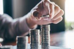 Gesch?ftsmannbuchhalter, der Geld z?hlt und Anmerkungen am Bericht tut Finanzen und ?ber Kosten der Investition berechnen macht u stockbild