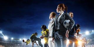 Gesch?ftsteam auf Fu?ballstadion Gemischte Medien lizenzfreies stockbild