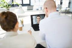 Gesch?ftsteam, das Videokonferenz im B?ro hat lizenzfreies stockfoto