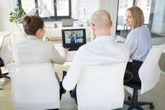 Gesch?ftsteam, das Videokonferenz im B?ro hat lizenzfreie stockfotos