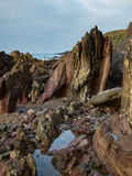 Geschakeerde rotsen bij de water` s rand Royalty-vrije Stock Foto