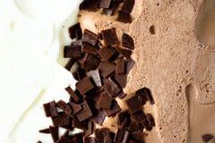 Geschaufelter Vanille- und SchokoladenEiscremehintergrund Sommerlebensmittelkonzept, Kopienraum, Draufsicht Süßer Jogurtnachtisch lizenzfreies stockbild