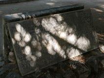 Gescheckter Schatten auf einem Grabstein in Athen, Griechenland stockfoto