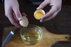 Gescheiden eiwit en dooier stock afbeeldingen