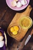 Gescheiden eiwit en dooier stock afbeelding