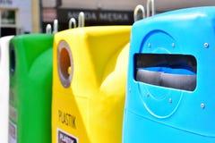 Gescheiden inzameling van huisvuil De containers voor huisvuil van verschillen royalty-vrije stock foto