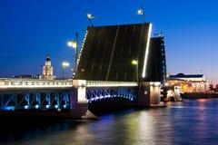 Gescheiden Paleisbrug tijdens de Witte Nachten wiev op Kuntskamera, St. Petersburg, Rusland 3 juli, 2010 Stock Afbeelding