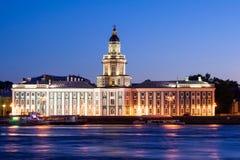 Gescheiden Paleisbrug tijdens de Witte Nachten wiev op Kuntskamera, St. Petersburg, Rusland 3 juli, 2010 Stock Foto's