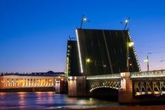 Gescheiden Paleisbrug tijdens de Witte Nachten wiev op Kuntskamera, St. Petersburg, Rusland 3 juli, 2010 Royalty-vrije Stock Afbeeldingen