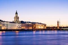 Gescheiden Paleisbrug tijdens de Witte Nachten wiev op Kuntskamera, St. Petersburg, Rusland 3 juli, 2010 Stock Fotografie