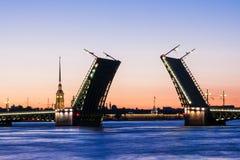 Gescheiden Paleisbrug tijdens de Witte Nachten wiev op Kuntskamera, St. Petersburg, Rusland 3 juli, 2010 Royalty-vrije Stock Foto's