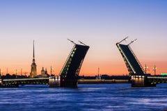 Gescheiden Paleisbrug tijdens de Witte Nachten wiev op Kuntskamera, St. Petersburg, Rusland 3 juli, 2010 Stock Afbeeldingen
