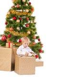 Geschenk Öffnung des kleinen Jungen Weihnachtsnahe dem Baum des neuen Jahres Lizenzfreie Stockfotografie