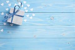 Geschenk auf blauem Hintergrund Lizenzfreie Stockbilder