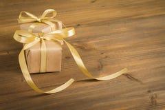 Geschenk auf Holz Stockbilder