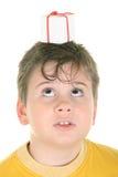Geschenk auf Kopf am Jungen Lizenzfreie Stockfotografie